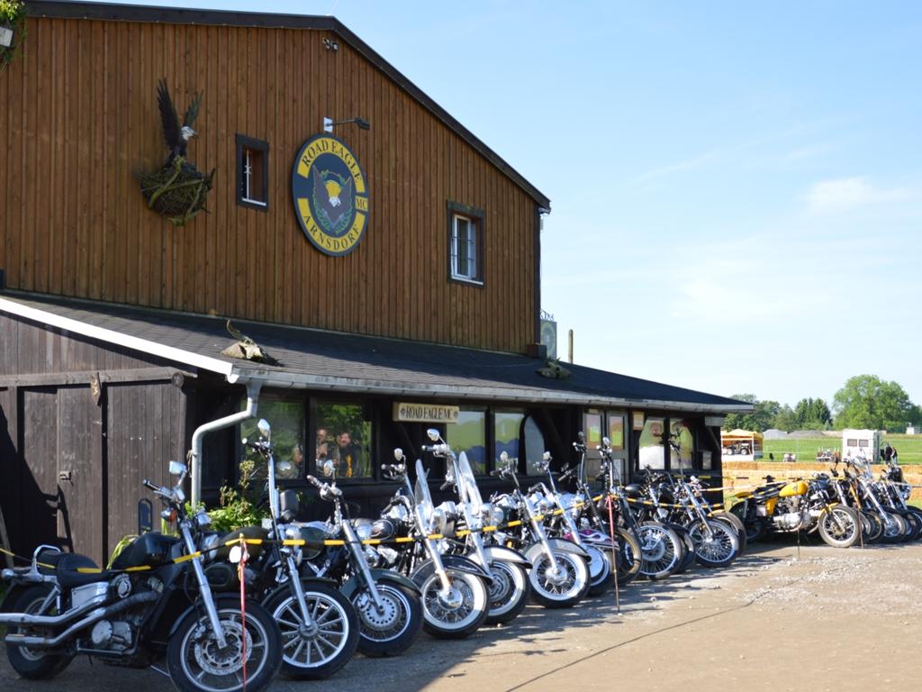 Motorräder vor dem Clubhaus des ROAD EAGLE MC Arnsdorf